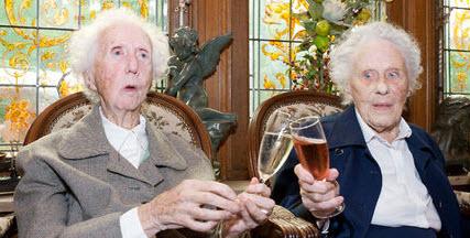 Gabrielle et marie des jumelles centenaires en maison de for Accueil temporaire en maison de retraite