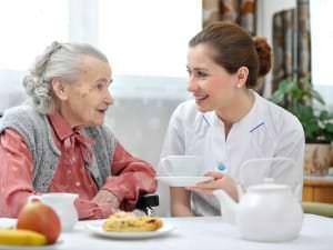 Choisir entre maison de retraite ou maintien à domicile