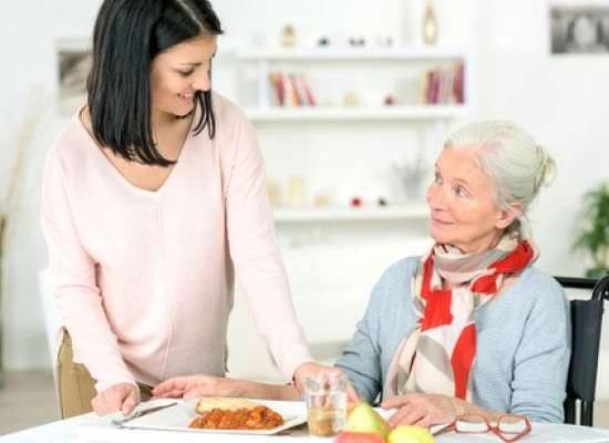 Perte d'autonomie : votre proche âgé peut-il s'installer chez vous ?