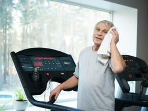 Limiter les chutes des personnes âgées à l'aide d'un tapis de marche et de réalité virtuelle