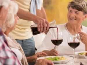 L'alcool en maison de retraite : liberté vs sécurité