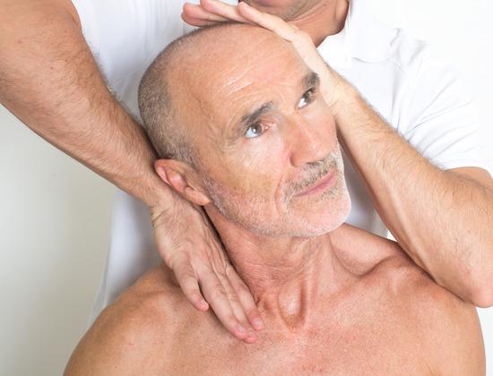 Ostéopathie et personnes âgées : avantages et prudence