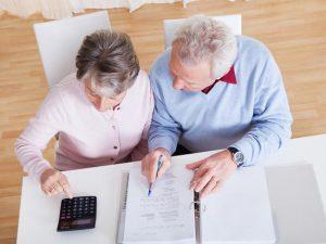 Tout savoir pour comparer les coûts de prise en charge d'un proche âgé