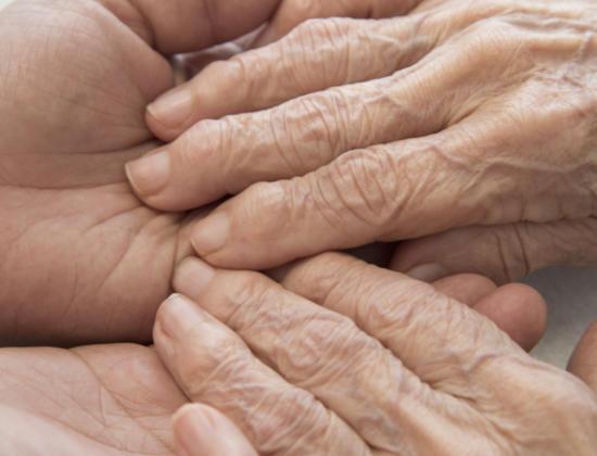 Alzheimer : toutes les stratégies pour communiquer avec votre proche