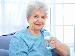 Déshydratation des personnes âgées : dangers et prévention
