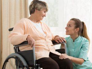 Aide à domicile vs soins à domicile : connaître les différences