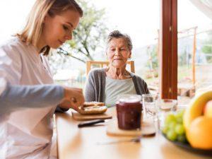 Reconnaître la dénutrition de la personne âgée en 7 questions