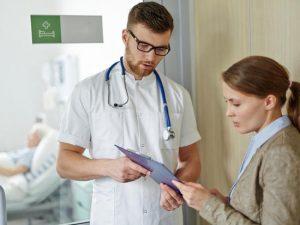 Comment préparer une consultation aux urgences avec un proche Alzheimer