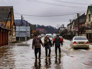 Inondations : comment aider une personne âgée en cas d'intempéries ?