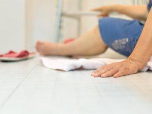 Apprenez à prévenir les fractures du col du fémur chez les personnes âgées