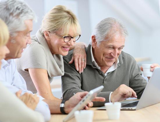 Ordinateur ou tablette : que choisir pour un senior ?