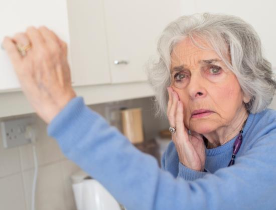 Alzheimer : comment protéger un proche qui fouille et cache des objets