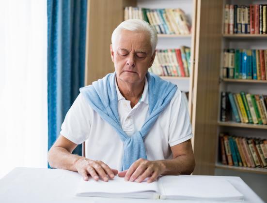 Tout savoir pour aider un senior malvoyant à rester autonome
